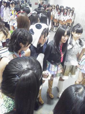 「NMB48 コンサート前の円陣」 金子剛さんの google+より