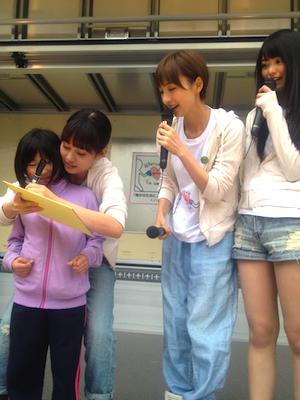被災地支援活動 2012年04月22日 篠田に勝った女の子にサインをする前田。