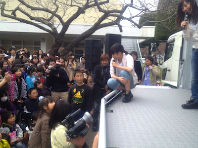被災地支援活動 2012年04月22日 決勝戦に残った子供達にいろいろと質問する前田