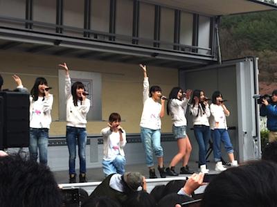 松岡が先輩たちと一緒に「会いたかった」を披露した際の写真です。