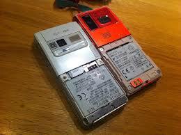 もう半年くらい前から、携帯の電池パックのカバーがない。